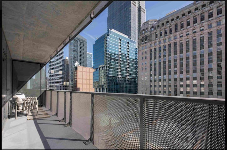 NEAR RIVER SLEEK NEW 1BR + BALCONY IN RIVER NORTH!