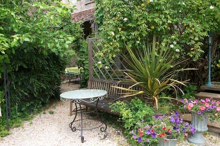 petite maison pleine de charme - Saint-Piat - 独立屋