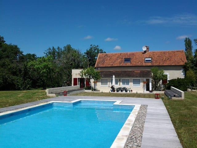 Restored Farmhouse with Pool - Saint-Félix-de-Reillac-et-Mortemart - Dům