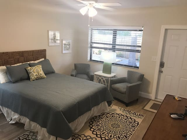 Cozy private studio 2 blocks from Pompano Beach
