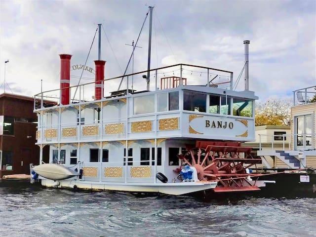 Iconic paddlewheeler houseboat - Banjo!