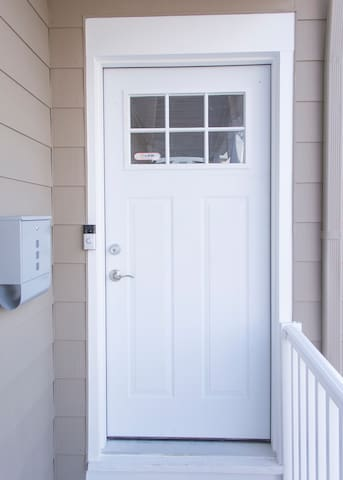 Main entrance with convenient 24h August smart lock entrance and a recording video doorbell for our guests safety. Regular keys are provided in a lockbox just in case!