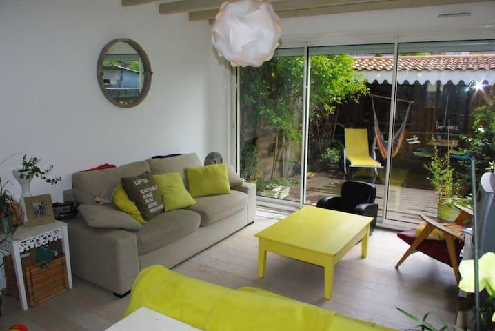 salon donnant sur le patio, 1 canapé lit et 1 clic-clac