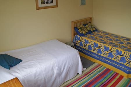 Bright room for 1-2 in comfy home - Edimburgo