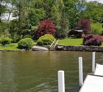 Lake front cottage with dock access!