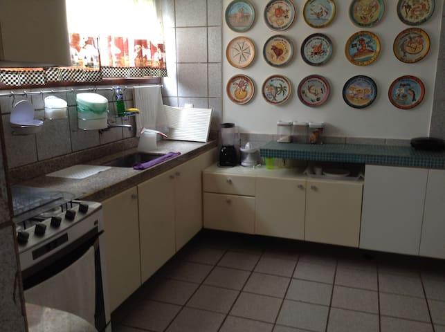 Cozinha com lindo painel de pratos da boa lembrança.
