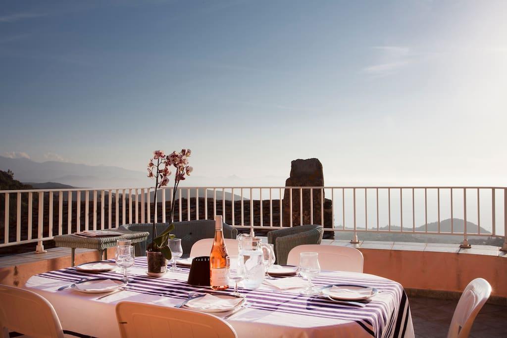 Terrasse vue mer - équipée pour prendre les repas  Barbecue