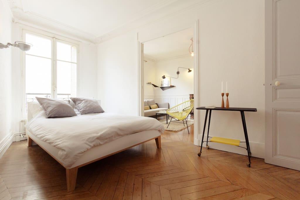 Double room that communicate with the living room (but you can close the doors) / Chambre double qui communique avec le salon (mais les portes peuvent être fermées).