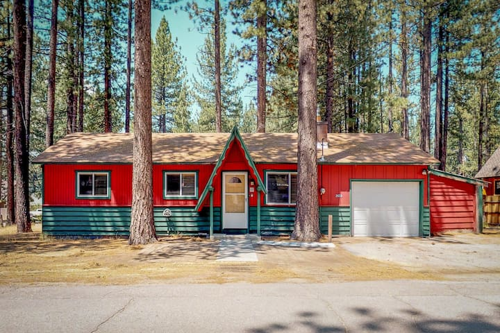 NEW LISTING! Cozy, dog-friendly cabin w/ a private grill - minutes from the lake