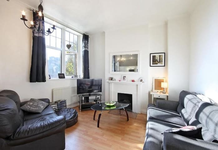 Bright, beautiful apartment in south east London