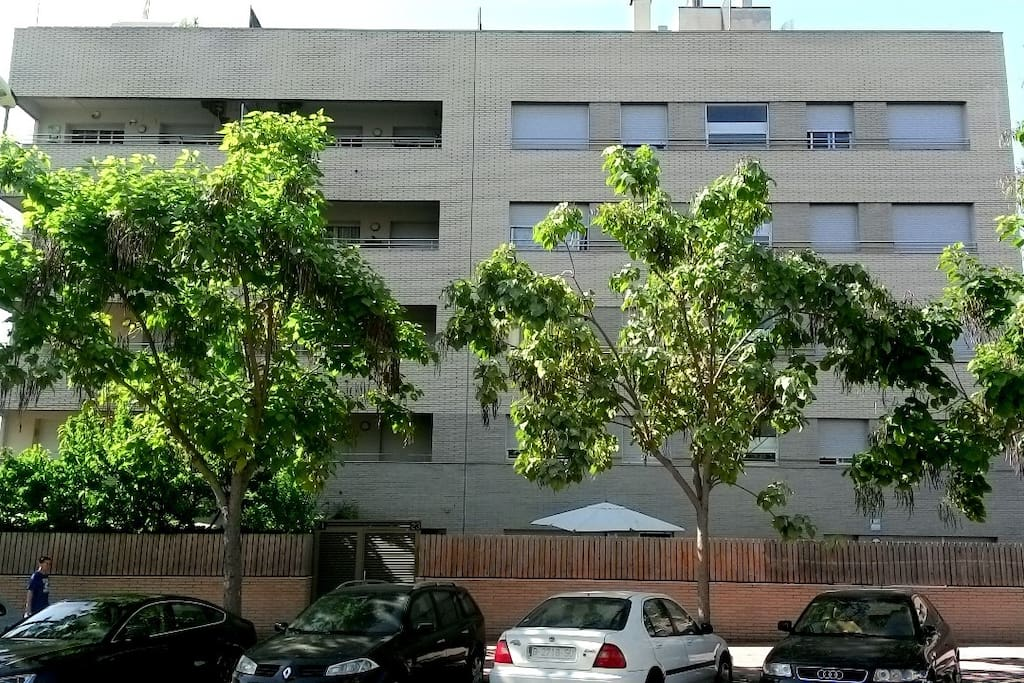 Es el edificio de cuatro plantas de obra vista donde esta apartamento con terraza en la 3ª Planta.(No hay comercios)