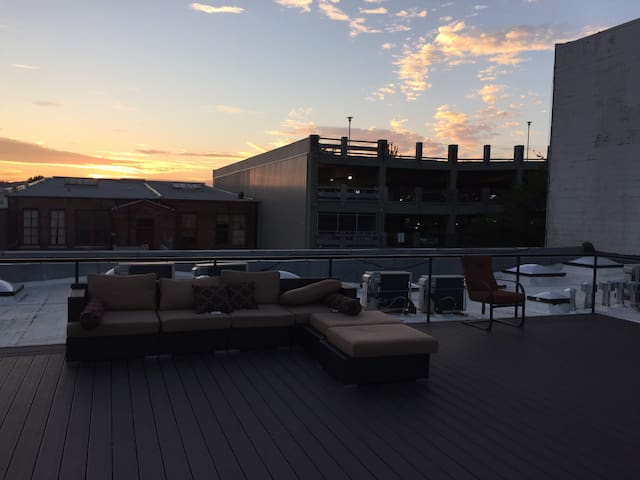 Downtown Studio w/ Rooftop Patio *ECLIPSE VIEW*