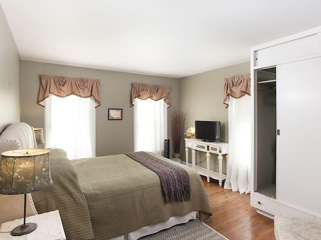 Elegant B&B comfort - Tioga Room