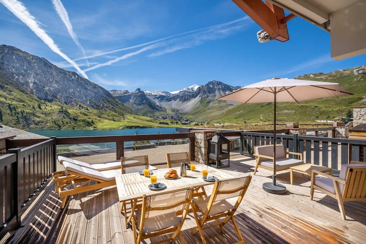 Stylish & renovated 2 bedroom apartment in the heart of Tignes le Lac for 4-7 people amazing views over the lake with 35m² terrace. 60m from Palafour piste. THIS PLACE IS FAB !