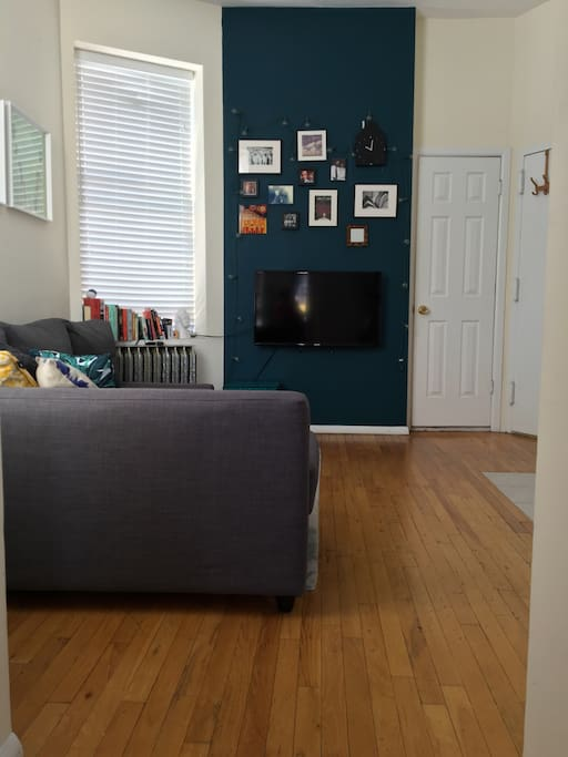 """Cosy, comfortable living / kitchen space, 40"""" TV with Netflix, AmazonPrime, Hulu & basic cable."""