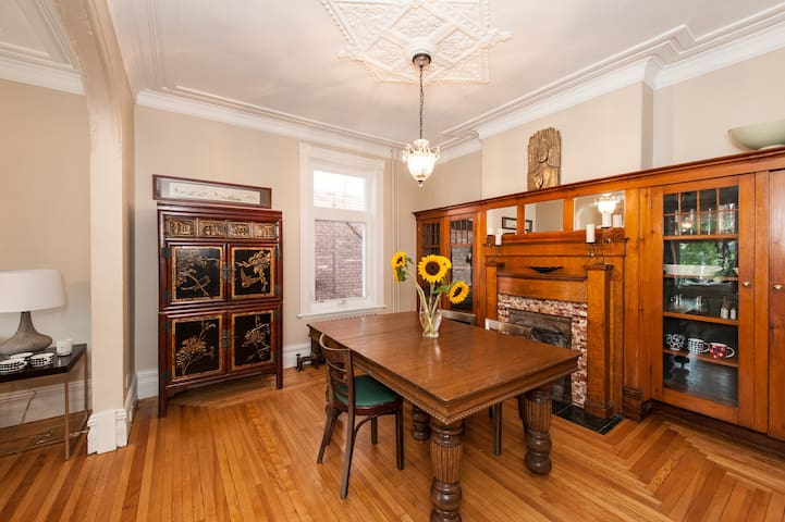 Gracious 2 Bdrm, Heart of Centretown, Walkable