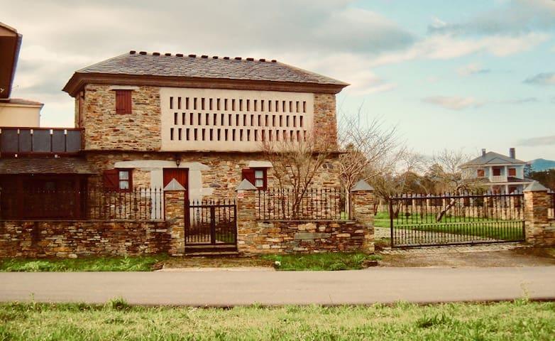 Granero rehabilitado en el occidente de Asturias