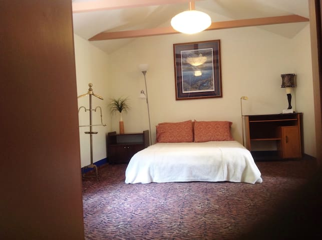 Private bed and bath in Monterey area