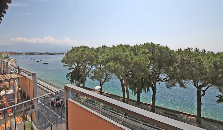 Modern Flat with lake view & private beach!
