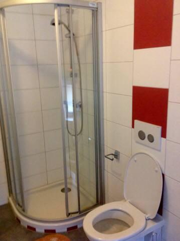 WC, Dusche, geräumig. Extra Waschmaschine !