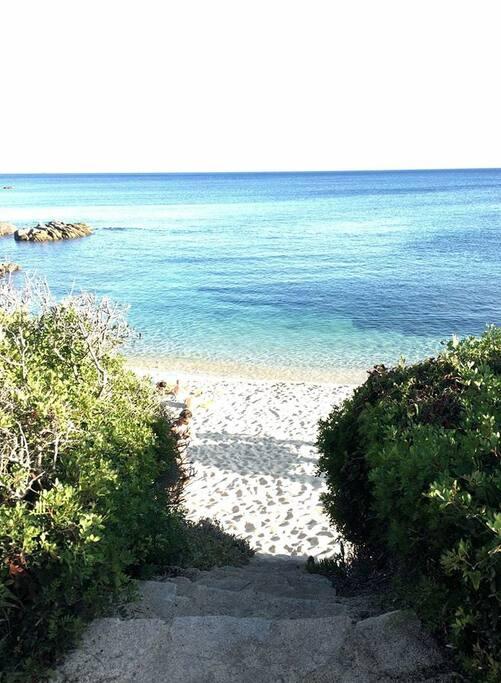 Spiaggia o spiaggia a 50 n dalla villa. In sabbia e rocce
