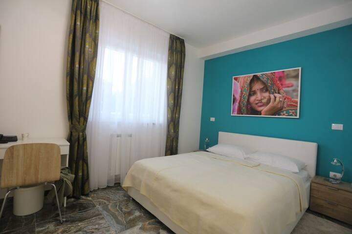 Elegant quiet guestroom VARANASI (1-2P.)