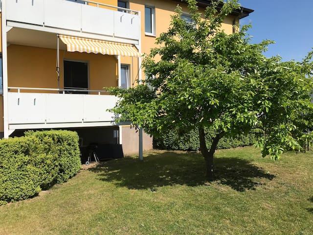 Blick vom Garten auf den Balkon