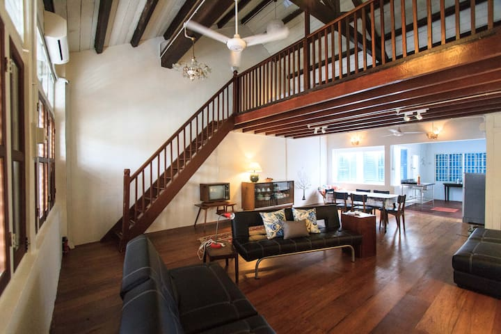 Loft living in a trad'l shophouse  - George Town - Apartment