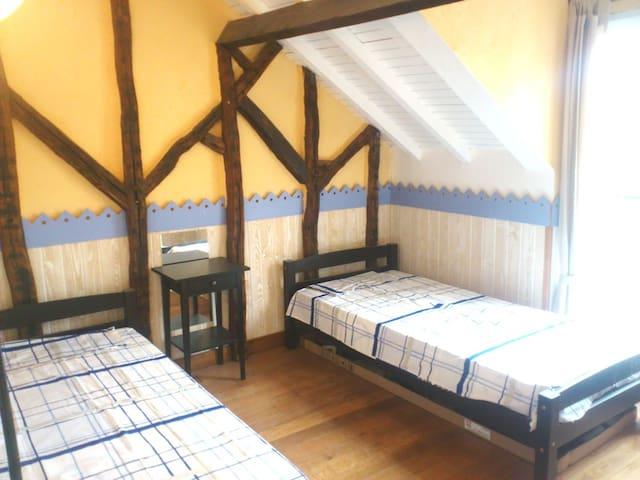 chambre 2 : 2 lits d'une personne