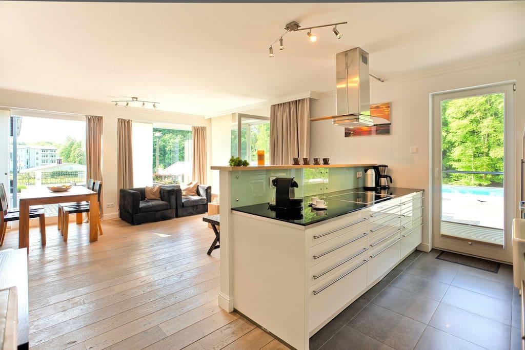 Blick von der Küche in den Wohnessbereich