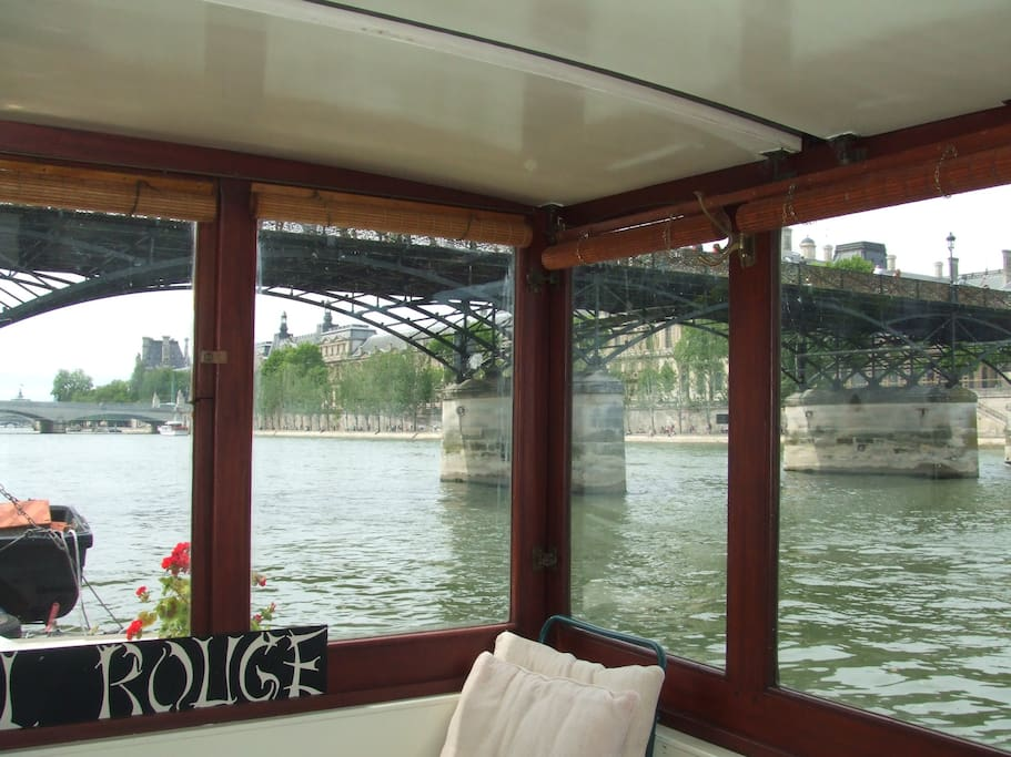 De la timonerie vue sur le Louvre, la passerelle des Arts et le pont du Carrousel.