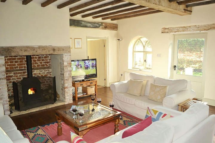 Lovingly converted detached coach house in peaceful North Norfolk village