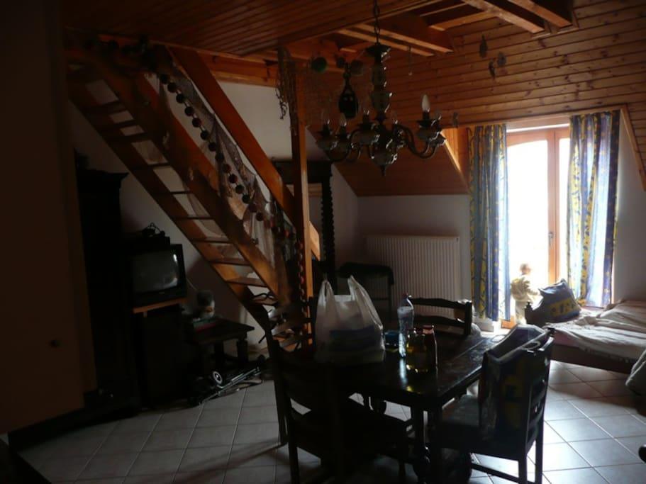 geräumiger Wohnraum mit hoher Zimmerdecke (auch im Sommer luftig)