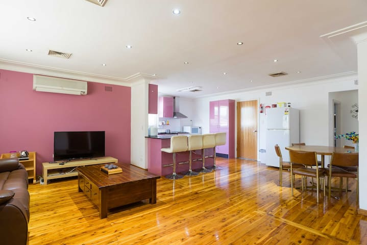 Family Room near Parramatta - Northmead - Huis