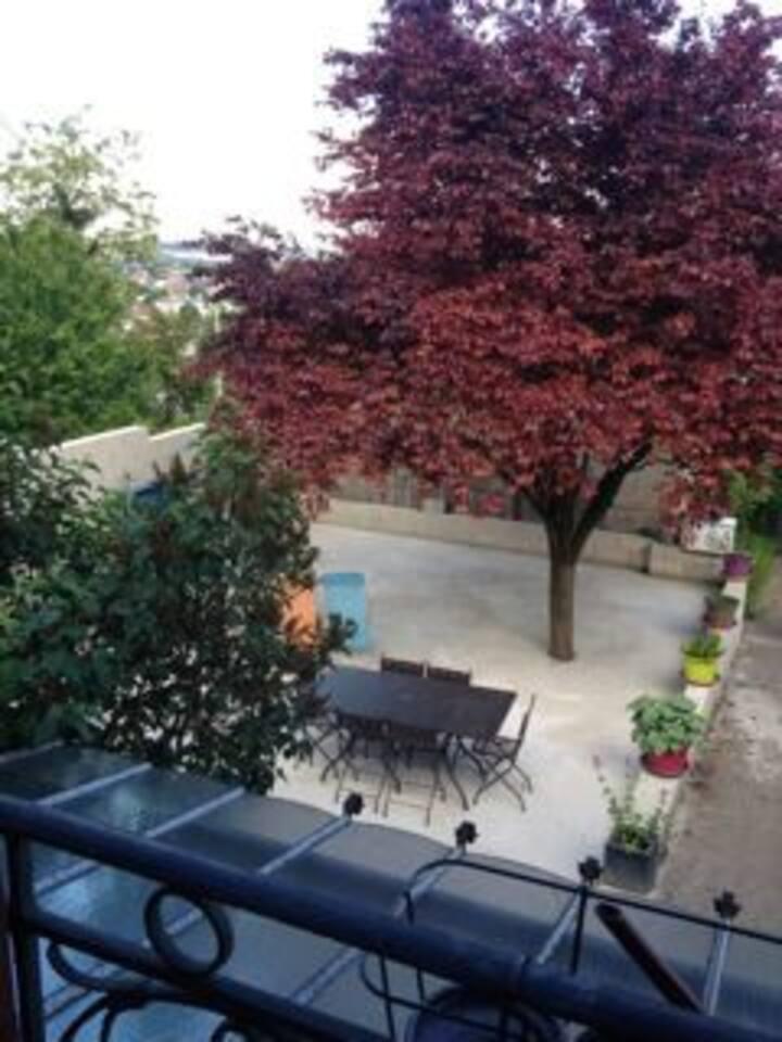 Terrasse pour déjeuner à l'ombre, farniente et ping-pong.