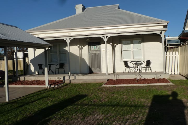 Central fully restored 3 bedroom home - Wodonga - Huoneisto