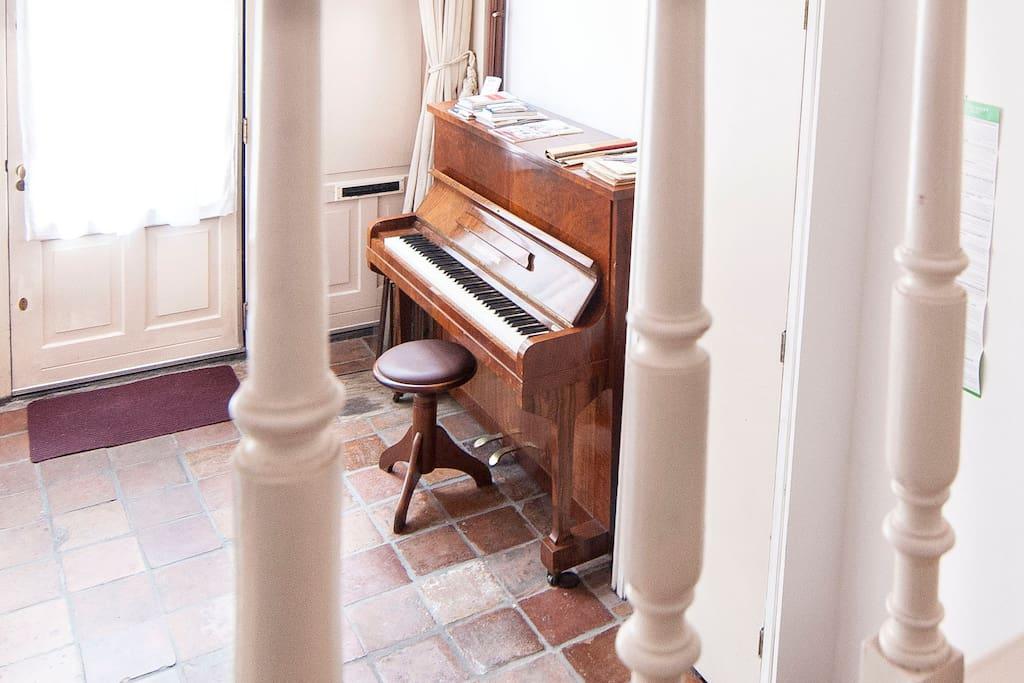 De ingang met de piano vanaf boven gezien.