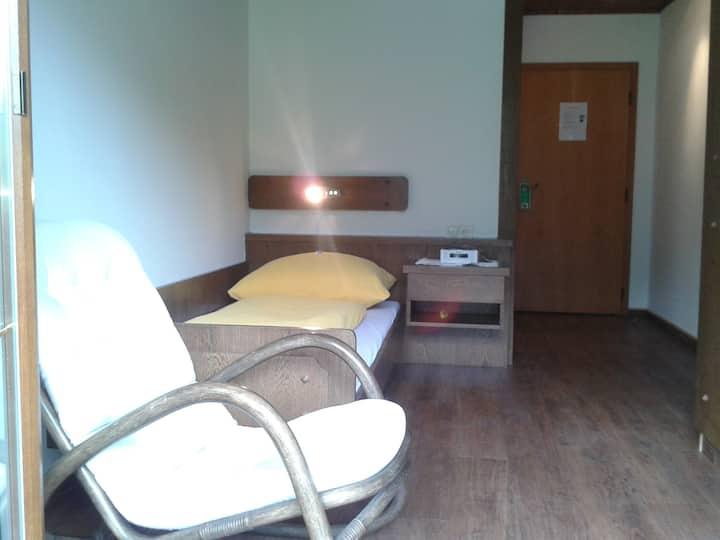 Einzelzimmer mit Balkon & Aussicht zum Grafenberg