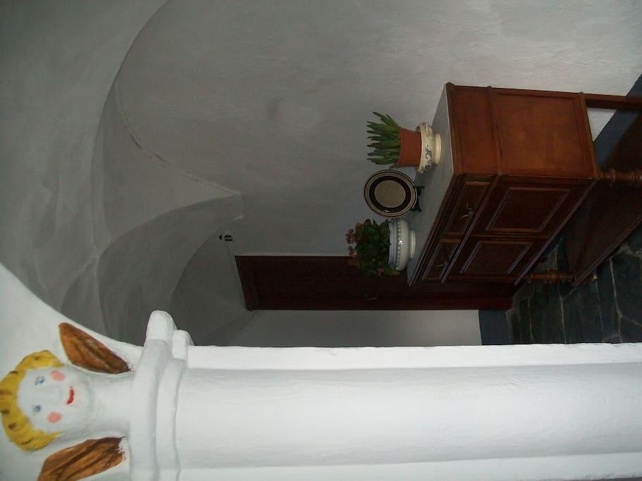 Le couloir d'accès et l'escalier / the corridor that leads to the flat