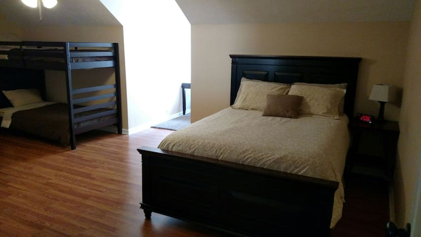 Chimney Rock Inn, Family Room - Dickson - Bed & Breakfast