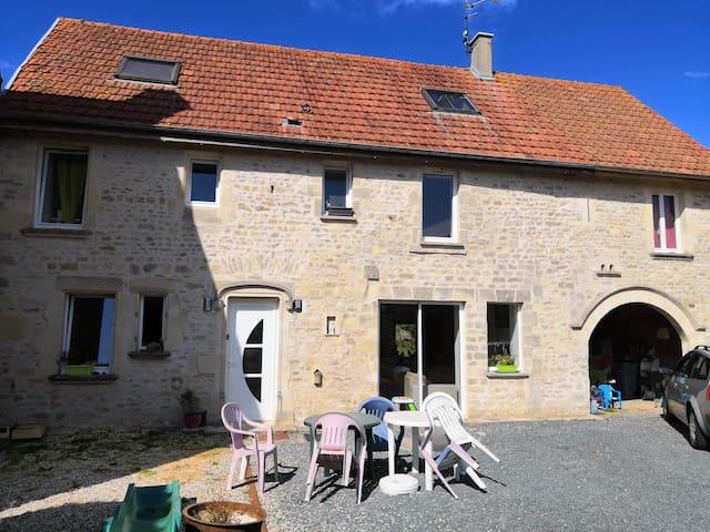 Maison ancienne en pierre, proche de Bayeux