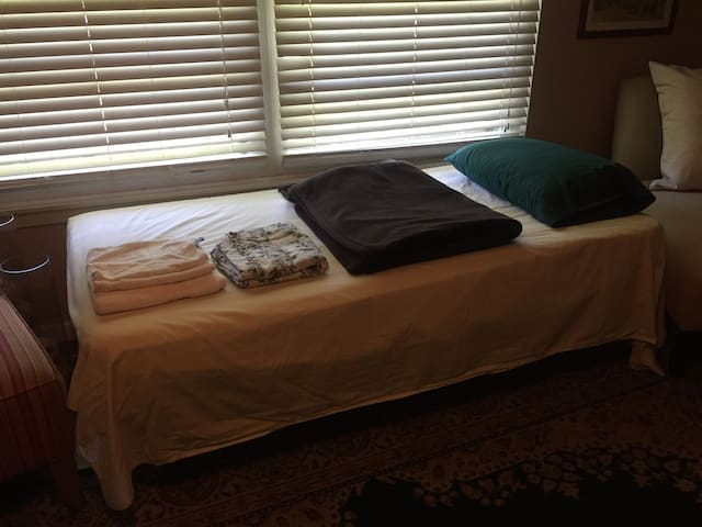 Airport Trundle bed with shared bath - San Antonio - Casa