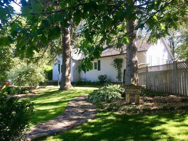 Cozy private retreat near the centre of Hudson
