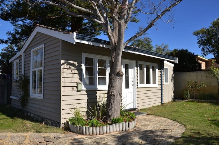 Sunny Cottage at Trigg Beach, Perth - เพิร์ธ