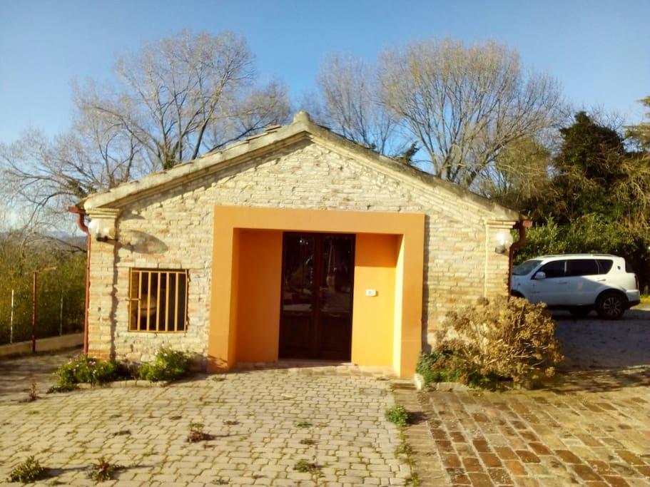 "parte frontale della ""Little country house"""