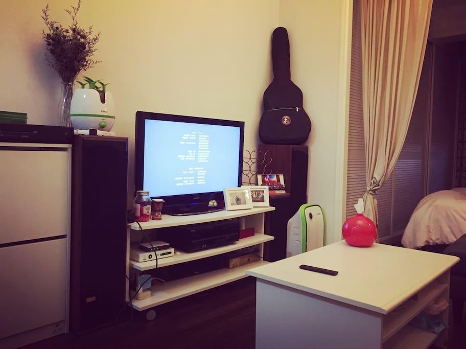 客厅,配有液晶电视、空气净化器、加湿器、hifi音箱小米盒子网络电视。