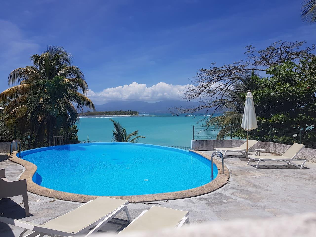 Piscine de la résidence avec vue sur l'îlet du Gosier et sur Basse Terre