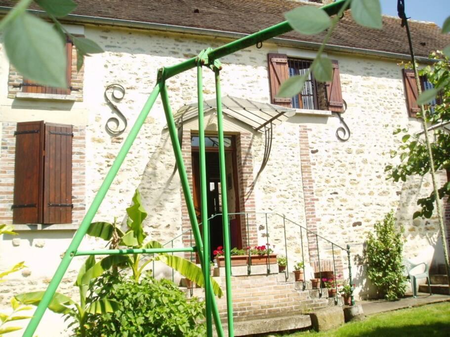 Le jardin, le salon de jardin, le barbecue...Grande maison de 120 m2 avec 3 chambres dont 1 en rez de chaussée.