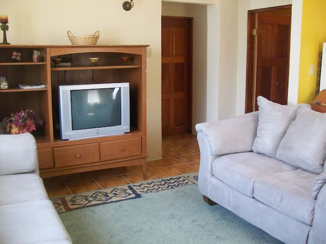 Charming Cozy Comfy, 2 Bedroom Apt Belize City - Belize City - Rumah