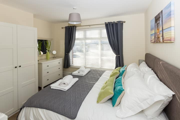 *Immaculate Ground Floor Apartment - FREE PARKING*